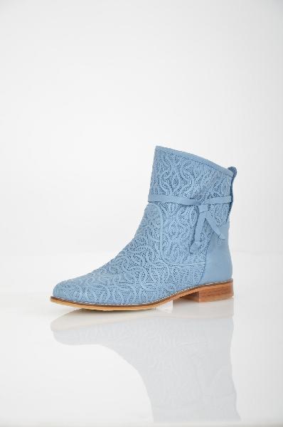 Полусапоги Grand StyleЖенская обувь<br>Полусапоги Grand Style выполнены из натуральной кожи голубого цвета, стелька - из натуральной кожи. Детали: модель без застежки оформлена ажурной перфорацией, с внешней стороны декоративный узел.<br> <br> Материал верха натуральная кожа<br> Внутренний материал искусственная кожа<br> Материал стельки натуральная кожа<br> Материал подошвы искусственный материал<br> Обхват голенища 32 см<br> Высота 17 см<br> Цвет голубой<br> Страна Россия<br> Сезон Демисезон<br> Коллекция Весна-лето<br> Детали обуви перфорация<br><br>Объем голени: 32 см<br>Материал: Натуральная кожа<br>Сезон: ЛЕТО<br>Коллекция: Весна-лето<br>Пол: Женский<br>Возраст: Взрослый<br>Цвет: Голубой<br>Размер RU: 38