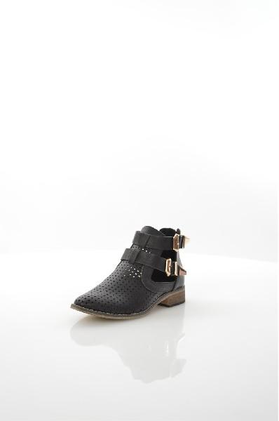 Ботинки TulipanoЖенская обувь<br>Летние ботинки Tulipano выполнены из перфорированной искусственной кожи и декорированы пряжками. Детали: внутренняя отделка и стелька из искусственной кожи, застежка на молнию.<br> <br> Материал верха искусственная кожа<br> Внутренний материал искусственная кожа<br> Материал стельки искусственная кожа<br> Материал подошвы искусственный материал<br> Высота голенища / задника 10.5 см<br> Высота каблука 3 см<br> Застежка на молнии<br> Цвет черный<br> Сезон Лето<br> Стиль Повседневный<br> Коллекция Весна-лето<br> Детали обуви перфорация, пряжки<br> Узор Однотонный<br> Высота каблука Низкий<br> Страна: Италия<br><br>Высота каблука: 3 см<br>Высота голенища / задника: 10.5 см<br>Материал: Искусственная кожа<br>Сезон: ЛЕТО<br>Коллекция: Весна-лето<br>Пол: Женский<br>Возраст: Взрослый<br>Цвет: Черный<br>Размер RU: 38
