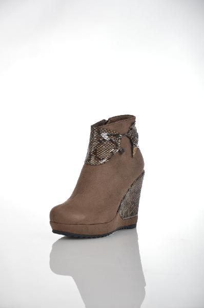 Ботинки 1TO3Женская обувь<br>Цвет: оливковый<br> Материал верха: замша искусственная, кожа искусственная лакированная<br> Материал подкладки: мех искусственный<br> Материал стельки: мех искусственный<br> Материал подошвы: тунит, рифленая<br> Параметры изделия: для размера 38/38: высота платформы 2,5 см, ширина носка стельки 7,8 см.<br> Уход за изделием: чистить щеткой<br> Страна: Испания<br><br>Высота платформы: 2.5 см<br>Материал: Искусственная кожа<br>Сезон: ВЕСНА/ОСЕНЬ<br>Коллекция: Осень-зима<br>Пол: Женский<br>Возраст: Взрослый<br>Цвет: Коричневый<br>Размер RU: 38