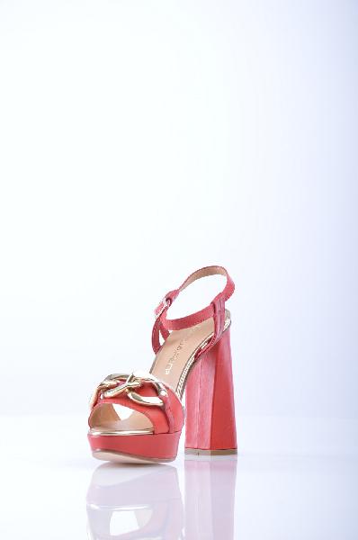 Босоножки DSQUARED2Женская обувь<br>Описание: ремешок на щиколотке, скругленный носок, вставки из металла, кожаная подошва, обтянутый каблук. <br><br>Высота каблука: 13.5 см. <br>Высота платформы: 3.5 см <br><br>Страна: Италия<br><br>Высота каблука: 13.5 см<br>Высота платформы: 3.5 см<br>Материал: Натуральная кожа<br>Сезон: ЛЕТО<br>Коллекция: Весна-лето<br>Пол: Женский<br>Возраст: Взрослый<br>Цвет: Красный<br>Размер RU: 37