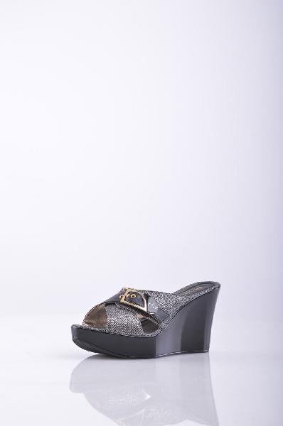 Сабо BLU BYBLOSЖенская обувь<br>Описание: деним, логотип, пряжка, двухцветный узор, скругленный носок, резиновая подошва. Состав: Искусственная кожа, Текстильное волокно.<br>Высота каблука: 10 см<br>Высота платформы: 3.5 см<br>Страна: Франция<br><br>Высота каблука: 10 см<br>Высота платформы: 3.5 см<br>Материал: Искусственная кожа<br>Сезон: ЛЕТО<br>Коллекция: Весна-лето<br>Пол: Женский<br>Возраст: Взрослый<br>Цвет: Темно-серый<br>Размер RU: 38