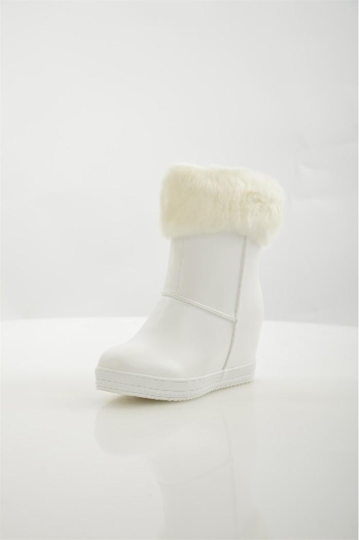 Полусапоги Donna ModaЖенская обувь<br>Полусапоги Donna Moda выполнены из искусственной кожи, оторочка и подкладка - из искусственного меха. <br> <br> Материал верха: искусственная кожа, искусственный мех<br> Внутренний материал: искусственный мех<br> Материал стельки: искусственный мех<br> Материал подошвы: полимер<br> Высота голенища / задника: 14.5 см<br> Обхват голенища: 26 см<br> Высота каблука: 7 см<br> Тип каблука: Танкетка<br> Застежка: на молнии<br> Цвет: белый<br> Сезон: Зима<br>Коллекция: Осень-зима<br><br> Страна: Россия<br><br>Высота каблука: 7 см<br>Объем голени: 26 см<br>Высота голенища / задника: 14 см<br>Материал: Искусственная кожа<br>Сезон: ЗИМА<br>Коллекция: Осень-зима<br>Пол: Женский<br>Возраст: Взрослый<br>Цвет: Белый<br>Размер RU: 38