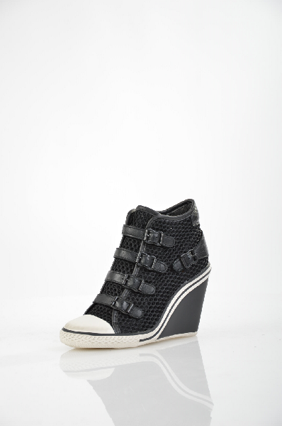 Кеды на танкетке AshЖенская обувь<br>Кеды Ash на танкетке выполнены из натуральной кожи черного цвета с сеткой по верху, подкладка и стелька - из натуральной кожи. Особенности: с внутренней стороны застежка на молнию, декор пряжками, прорезиненный белый мыс. <br> <br> Материал верха: натуральная кожа, полимер, текстиль<br> Внутренний материал: натуральная кожа<br> Материал стельки: натуральная кожа<br> Материал подошвы: резина<br> Высота: 10 см<br> Высота танкетки: 11 см.<br> Цвет: черный<br> Сезон: Демисезон, Лето<br> Коллекция: Весна-лето<br> <br> Страна производства: Италия<br><br>Материал: Натуральная кожа<br>Сезон: ВЕСНА/ОСЕНЬ<br>Коллекция: Весна-лето<br>Пол: Женский<br>Возраст: Взрослый<br>Цвет: Черный<br>Размер RU: 37