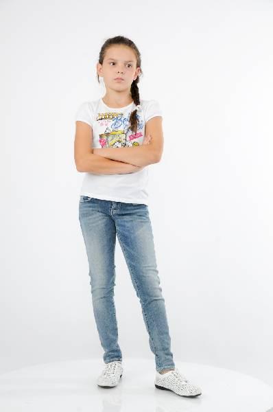 Джинсы GUESSОдежда для девочек<br>Цвет: голубой<br> <br> Состав: хлопок 89%, эластан 3%, полиэстер 8%<br> <br> Модные джинсы, выполненные из качественного материала. Модель дополнена вместительными карманами. Практичный вариант на каждый день.<br> ид застежки Молния<br> Тип карманов Втачные<br> Габариты предметов Длина, 72.0 см<br> Брюки (шорты) Высота посадки, 16.0 см<br> Брюки (шорты) Длина по внутреннему шву, 55.0 см<br> Брюки (шорты) Ширина брючин верх, 15.0 см<br> Брюки (шорты) Ширина брючин низ, 11.0 см<br> Крой по посадке/FIT Skinny<br> Плотность денима Denim (Деним)<br> Дизайнерские эффекты Эффект потертости<br> Конструктивные элементы Шлевки<br> Декоративные элементы Декоративные элементы<br> Сезон демисезон<br> Пол Детский<br> Страна бренда Соединенные Штаты<br> Страна производитель Тунис<br><br>Материал: Хлопок<br>Сезон: ВЕСНА/ОСЕНЬ<br>Коллекция: Весна-лето<br>Пол: Женский<br>Возраст: Детский<br>Модель: ЗАУЖЕННЫЕ<br>Цвет: Голубой<br>Размер Years: 12Y