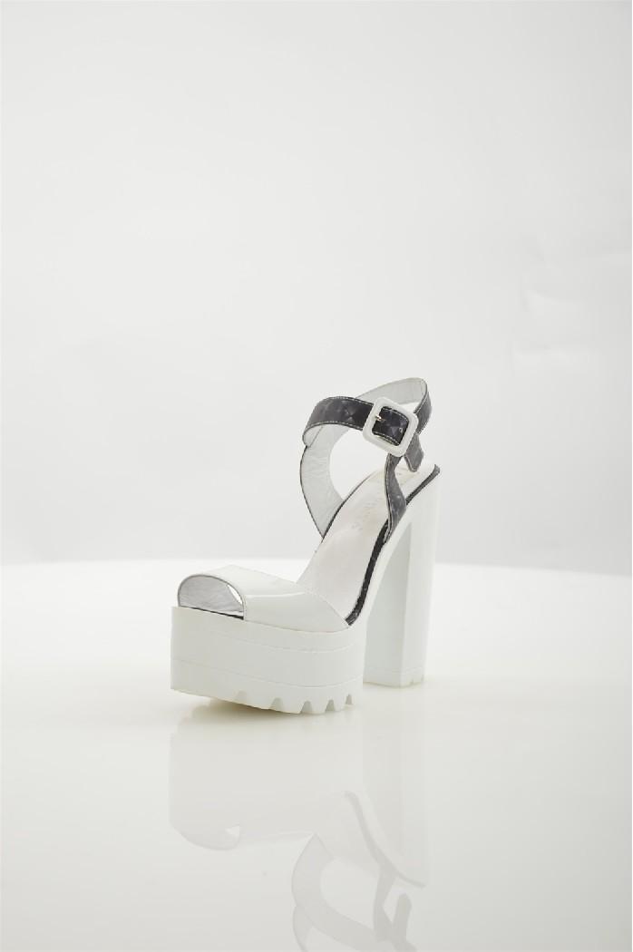 Босоножки La pintaЖенская обувь<br>Цвет: белый<br> Состав: натуральная кожа 100%<br> <br> Вид застежки: Пряжка<br> Фактура материала: кожаный<br> Материал подкладки обуви: натуральная кожа<br> Габариты предмета: высота каблука; высота подошвы; высота платформы<br> Материал подошвы обуви: тунит<br> Материал стельки: натуральная кожа<br> Сезон: лето<br> Страна бренда: Турция<br> Страна производитель: Польша<br><br>Высота каблука: 13.5 см<br>Материал: Натуральная кожа<br>Сезон: ЛЕТО<br>Коллекция: Весна-лето<br>Пол: Женский<br>Возраст: Взрослый<br>Цвет: Белый<br>Размер RU: 38