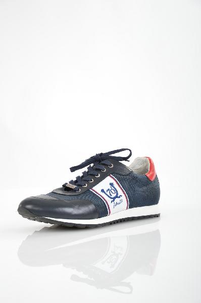Кроссовки Botticelli LimitedКроссовки<br>Мужские кроссовки от Botticelli Limited. Модель выполнена из высококачественной натуральной кожи черного цвета, темно-синего износоустойчивого текстиля и дополнена вышивкой с логотипом бренда. Особенности: внутренняя отделка из кожи, функциональная шнуровка, рельефная подошва.<br> <br> Материал верха искусственный материал, натуральная кожа<br> Внутренний материал натуральная кожа<br> Материал стельки натуральная кожа<br> Материал подошвы искусственный материал<br> Высота 8.5 см<br> Цвет синий<br> Страна производства Италия<br> Сезон Мульти<br> Коллекция Весна-лето<br> Детали обуви вышивка<br><br>Материал: Натуральная кожа<br>Сезон: МУЛЬТИ<br>Коллекция: Весна-лето<br>Пол: Мужской<br>Возраст: Взрослый<br>Цвет: Синий<br>Размер RU: 44