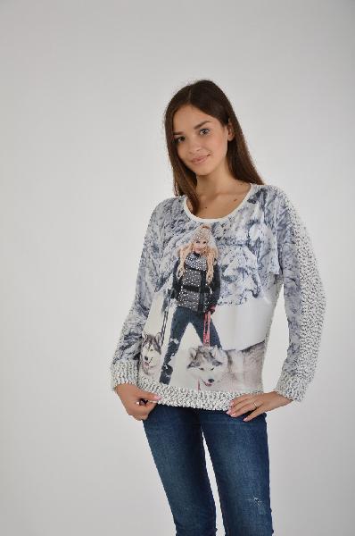 Футболка A Passion PlayЖенская одежда<br>Невероятный джемпер в светлой расцветке с изображением девушки с собаками на фоне зимнего леса. Стильное изделие имеет запоминающийся дизайн, украшено стразами Swarovski.<br>Материал: 60% Хлопок, 40%  Полиэстер<br> Отделка: камни swarovski<br> Страна: Турция<br><br>Материал: Хлопок<br>Сезон: МУЛЬТИ<br>Коллекция: Весна-лето<br>Пол: Женский<br>Возраст: Взрослый<br>Цвет: Белый<br>Размер INT: S