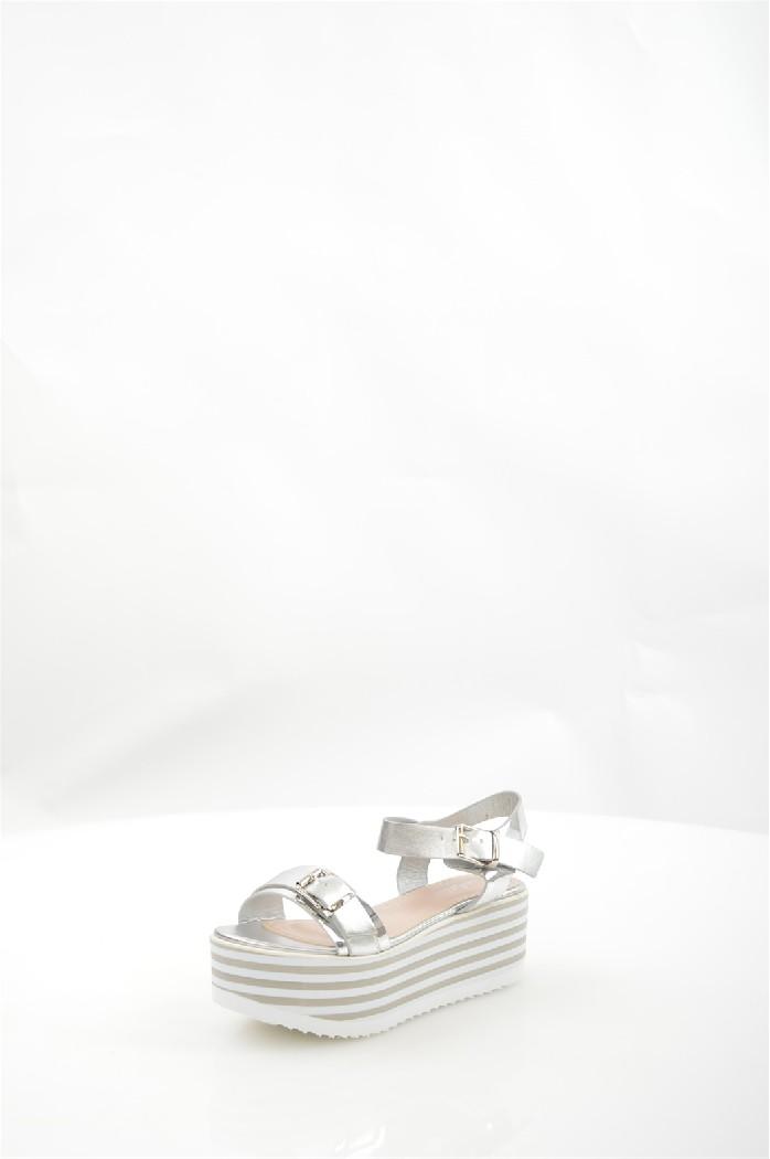 Босоножки MellisaЖенская обувь<br>Застежка на пряжке вокруг лодыжки, танкетка, рельефная подошва из полиуретана.<br> <br> Материал верха искусственная кожа, искусственная лаковая кожа<br> Внутренний материал искусственная кожа<br> Материал подошвы полимер<br> Материал стельки искусственная кожа<br> Высота каблука 6 см<br> Высота платформы 4.5 см<br> Сезон лето<br> Цвет серебряный<br> Застежка на пряжке<br> <br> Страна: Бразилия<br><br>Высота каблука: 6 см<br>Высота платформы: 4 см<br>Материал: Искусственная кожа<br>Сезон: ЛЕТО<br>Коллекция: Весна-лето<br>Пол: Женский<br>Возраст: Взрослый<br>Цвет: Светло-серый<br>Размер RU: 37