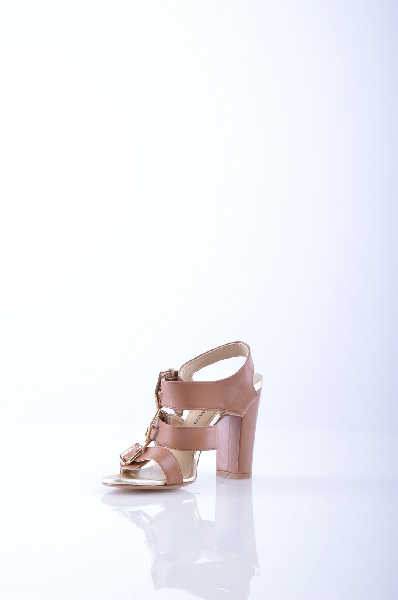ANTONIO SIANO СандалииЖенская обувь<br>Описание: Одноцветное изделие, боковая пряжка, скругленный носок, без аппликаций, кожаная подошва, квадратный каблук. <br> Высота каблука: 10.5 см <br> Страна: Италия<br><br>Высота каблука: 10.5 см<br>Материал: Наппа<br>Сезон: ЛЕТО<br>Коллекция: (Справочник &quot;Номенклатура&quot; (Общие)): Весна-лето<br>Пол: Женский<br>Возраст: Взрослый<br>Цвет: Коричневый<br>Размер RU: 37