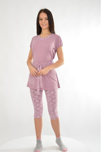 Пижама NicClubЖенская одежда<br>Пижама, состоящая из футболки и бриджей. Футболка с короткими рукавами дополнена поясом-завязкой. Бриджи облегающего кроя. Идеальный вариант для приятного отдыха и сна.<br> <br> Цвет: лиловый<br> <br> Состав: эластан 5%,вискоза 33%,полиэстер 62%<br> <br> Длина рукава Короткие: 13.50 см<br> Габариты предметов Длина: 66.00 см<br> Брюки (шорты) Ширина брючин: 13.50 см; Высота посадки: 20.00 см; Длина по внутреннему шву: 46.00 см<br> Длина изделия по спинке: 67.50 см<br> Вид застежки Без застежки<br> По назначению Для дома<br> Сезон круглогодичный<br><br> Страна бренда: Испания<br> Страна производитель: Италия<br><br>Материал: Полиэстер<br>Сезон: МУЛЬТИ<br>Коллекция: Весна-лето<br>Пол: Женский<br>Возраст: Взрослый<br>Цвет: Бежевый<br>Размер INT: L