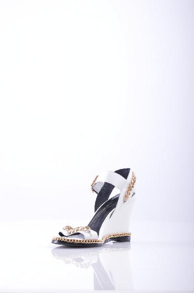 giuseppe zanotti босоножкиЖенская обувь<br>Стильные босоножки от GIUSEPPE ZANOTTI<br><br> Материал подкладки: 2 pigskins<br><br><br> Материал стельки: 2 pigskins<br><br><br> Сезон: Лето 2015<br><br><br> Стиль: Европейский <br><br><br> Материал:Овчина <br><br><br> Материал подошвы: Резина <br><br><br> Форма носка: Открытые пальцы <br><br><br> Высота каблука: На высоком каблуке<br><br><br> Форма каблука: Танкетка <br><br><br> Высота ботинок: Низкие <br><br><br> Элементы: Цепочки<br><br><br> Страна: Италия<br><br>Сезон: ЛЕТО<br>Коллекция: Весна-лето<br>Пол: Женский<br>Возраст: Взрослый<br>Цвет: Белый<br>Размер RU: 35