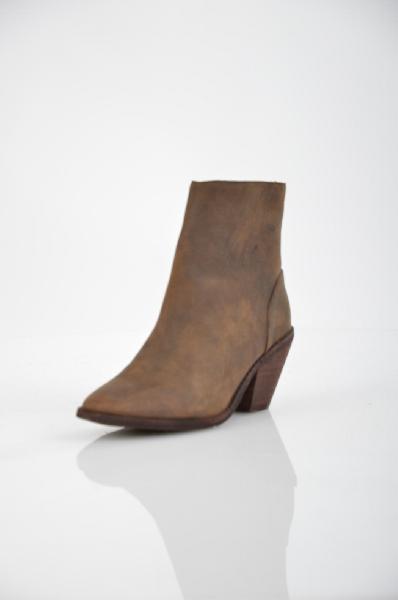 Полусапоги JEFFREY CAMPBELLЖенская обувь<br>Нубук, без аппликаций, одноцветное изделие, молния, скругленный носок, резиновая подошва, ручная работа.<br>Высота каблука: 7 см<br>Объём голени: 30 см<br>Высота голенища / задника: 12 см<br>Страна: США<br><br>Высота каблука: 7 см<br>Объем голени: 30 см<br>Высота голенища / задника: 12 см<br>Материал: Натуральная кожа<br>Сезон: ВЕСНА/ОСЕНЬ<br>Коллекция: (Справочник &quot;Номенклатура&quot; (Общие)): Осень-зима<br>Пол: Женский<br>Возраст: Взрослый<br>Цвет: Коричневый<br>Размер RU: 37