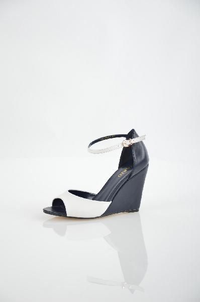 Inario БосоножкиЖенская обувь<br>Материал верха искусственная кожа<br> Внутренний материал искусственная кожа<br> Материал стельки искусственная кожа<br> Материал подошвы резина<br> Высота каблука 10 см<br> Цвет белый, синий<br> Сезон Лето<br> Коллекция Весна-лето<br> Детали обуви вырезы на обуви<br><br>Высота каблука: 10 см<br>Материал: Искусственная кожа<br>Сезон: ЛЕТО<br>Коллекция: Весна-лето<br>Пол: Женский<br>Возраст: Взрослый<br>Цвет: Черный<br>Размер RU: 37