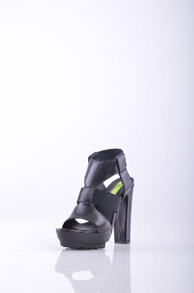 MATERIA PRIMA by GOFFREDO FANTINI СандалииЖенская обувь<br>сплошной цвет, эластичными клиньями, круглые toeline, без аппликаций, резиновая подошва, покрыты каблук.<br>Высота каблука: 13 см.<br>Высота платформы: 4 см<br>Страна: Италия<br><br>Высота каблука: 13 см<br>Высота платформы: 4 см<br>Материал: Натуральная кожа<br>Сезон: ЛЕТО<br>Коллекция: Весна-лето<br>Пол: Женский<br>Возраст: Взрослый<br>Цвет: Черный<br>Размер RU: 38
