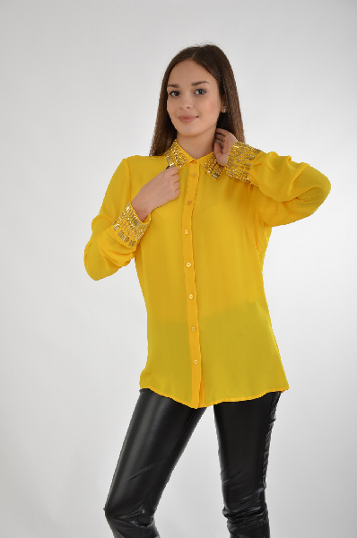 Блузка GUESSЖенская одежда<br>Прелестная блузка с центральной застежкой на пуговицы и аккуратным отложным воротником, комфортного приталенного кроя. Украшена сверкающими декоративными элементами. Модель, выполненная из легкого материала, станет идеальным вариантом на каждый день.<br><br> Состав: полиэстер 100% <br> <br> Вид застежки: Пуговицы <br>Воротник: Отложной <br>Длина рукава: Длинные, 64.0 см <br>Покрой: Приталенный <br>Фактура материала: Текстильный <br>Габариты предметов: Длина, 65.0 см <br>Ширина рукава: Пройма, 21.0 см <br>Ширина рукава: Манжет, 8.0 см <br>Тип рукава: Втачной <br><br>Страна: США<br><br>Материал: Полиэстер<br>Сезон: ЛЕТО<br>Коллекция: Весна-лето<br>Пол: Женский<br>Возраст: Взрослый<br>Цвет: Желтый<br>Размер INT: S