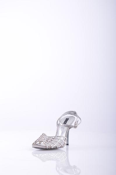 SOLO SOPRANI СандалииЖенская обувь<br>Описание: атлас, аппликации из металла, одноцветное изделие, ремешок на щиколотке, скругленный носок, резиновая подошва, каблук-стилет.<br>Высота каблука: 9 см.<br>Страна: Италия<br><br>Высота каблука: 9 см<br>Материал: Текстильное волокно<br>Сезон: ЛЕТО<br>Коллекция: Весна-лето<br>Пол: Женский<br>Возраст: Взрослый<br>Цвет: Платиновый<br>Размер RU: 37