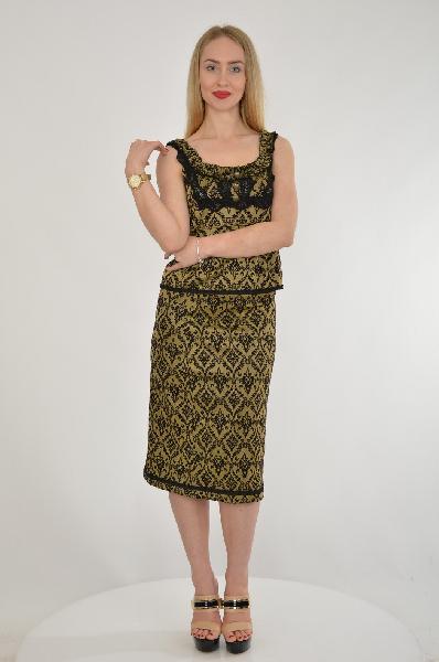 Костюм ETINCELLEЖенская одежда<br>Вечерний костюм из топа без рукавов и прямой юбки чуть ниже колена. Блузу украшают женственные оборки и декоративные пуговицы. Топ А-образного кроя с глубоким круглым вырезом. Необычная ткань с интересным графичным рисунком.<br><br>Материал: 75% Хлопок,25% Полиэстер<br><br><br>Страна: Франция<br><br>Материал: Хлопок<br>Сезон: ЛЕТО<br>Коллекция: Весна-лето<br>Пол: Женский<br>Возраст: Взрослый<br>Цвет: Разноцветный<br>Размер INT: M/L