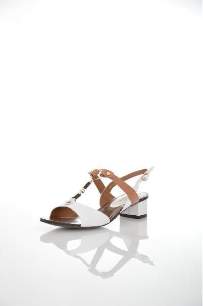 Босоножки JUST COUTUREЖенская обувь<br>Цвет: белый, бежевый<br> <br> Состав: натуральная кожа 100%<br> <br> Фактура материала Кожаный<br> Материал подошвы Резина<br> По назначению Ходьба<br> Вид застежки Пряжка<br> Высота каблука Высота: 4 см<br> Материал подкладки натуральная кожа<br> Материал стельки натуральная кожа<br> Вид обуви низкие<br> Вид каблука кирпичик<br> Вид мыска открытый<br> Сезон лето<br> Пол Женский<br> Страна Италия<br><br>Высота каблука: 4 см<br>Материал: Натуральная кожа<br>Сезон: ЛЕТО<br>Коллекция: Весна-лето<br>Пол: Женский<br>Возраст: Взрослый<br>Цвет: Белый<br>Размер RU: 37