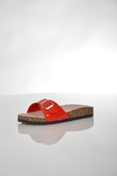 Сабо EllaЖенская обувь<br>Удобные сабо от Ella ярко-красного цвета. Модель выполнена из искусственного синтетического лакового материала и дополнена декоративным ремешком сбоку. Детали: анатомическая стелька из кожи, толстая рельефная подошва оформлена под пробку.<br> <br> Материал верха искусственная лаковая кожа<br> Внутренний материал текстиль<br> Материал стельки натуральная кожа<br> Материал подошвы искусственный материал<br> Цвет красный<br> Сезон Лето<br> Коллекция Весна-лето<br><br>Материал: Искусственная кожа<br>Сезон: ЛЕТО<br>Коллекция: Весна-лето<br>Пол: Женский<br>Возраст: Взрослый<br>Цвет: Красный<br>Размер RU: 38
