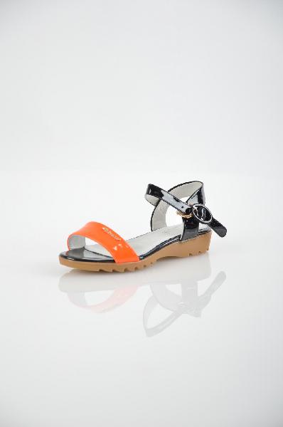 Сандалии VitacciОбувь для девочек<br>Цвет: черный, оранжевый<br> <br> Состав: искусственная кожа<br> <br> Замечательные сандалии, верх которых выполнен из практичного материала. Модель на маленьком каблуке снабжена застежкой на пряжку. Отличный вариант для летнего гардероба.<br> <br> Высота каблука Мале...<br><br>Высота каблука: 2.5 см<br>Высота платформы: 1 см<br>Материал: Искусственная кожа<br>Сезон: ЛЕТО<br>Коллекция: (Справочник &quot;Номенклатура&quot; (Общие)): Весна-лето<br>Пол: Женский<br>Возраст: Детский<br>Цвет: Разноцветный<br>Размер RU: 33