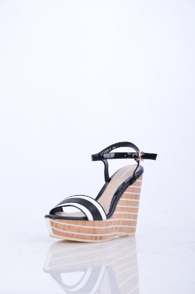 Босоножки, Grand StyleЖенская обувь<br>Босоножки на пробковой танкетке - стильный выбор для летнего образа. Модель выполнена из натуральной кожи. Широкий ремешок регулирует объем и надежно фиксирует ногу. <br><br>Высота каблука: 12 см.<br><br><br>Высота платформы: 4 см<br><br><br>Страна: Россия<br><br>Высота каблука: 12 см<br>Высота платформы: 4 см<br>Материал: Натуральная кожа<br>Сезон: ЛЕТО<br>Коллекция: Весна-лето<br>Пол: Женский<br>Возраст: Взрослый<br>Цвет: Разноцветный<br>Размер RU: 38