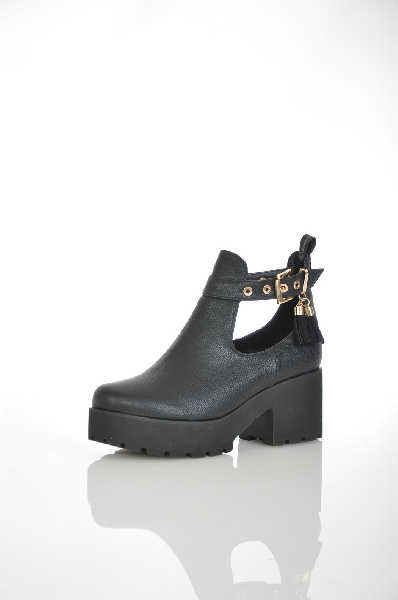 Ботильоны ITEMBLACKЖенская обувь<br>Ботильоны черного цвета Item Black выполнены из искусственной кожи. Внутренняя отделка из байкового материала. Детали: застежка на пряжках, рельефная подошва, круглый мыс.<br> <br> Материал верха искусственная кожа<br> Внутренний материал байка<br> Материал стель...<br><br>Высота каблука: 7 см<br>Высота платформы: 4 см<br>Материал: Искусственная кожа<br>Сезон: ВЕСНА/ОСЕНЬ<br>Коллекция: (Справочник &quot;Номенклатура&quot; (Общие)): Осень-зима<br>Пол: Женский<br>Возраст: Взрослый<br>Цвет: Черный<br>Размер RU: 38