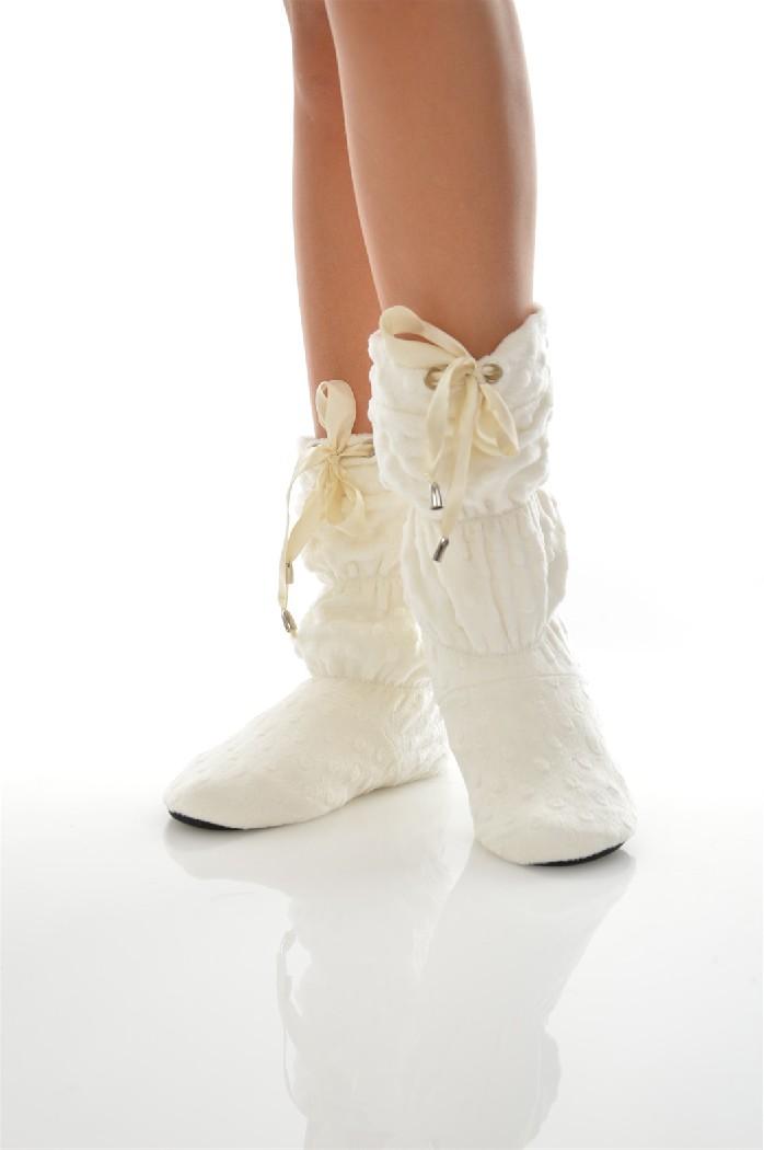 Сапожки домашние CLEOЖенская обувь<br>Цвет: молочный<br> Состав: полиэстер 100%<br> <br> Вид застежки: Завязки<br> Материал подошвы обуви: полимер<br> Материал стельки: искусственный материал<br> Материал подкладки обуви: Флис<br> Вид каблука: без каблука<br> Форма мыска: круглый<br> Назначение обуви: для дома<br> Вид мыска: закрытый<br> Сезон: демисезон<br> Пол: Женский<br> Страна бренда: Россия<br> Страна производитель: Россия<br><br>Высота платформы: 0.5 см<br>Материал: Полиэстер<br>Сезон: МУЛЬТИ<br>Коллекция: Осень-зима<br>Пол: Женский<br>Возраст: Взрослый<br>Цвет: Белый<br>Размер RU: 38/39