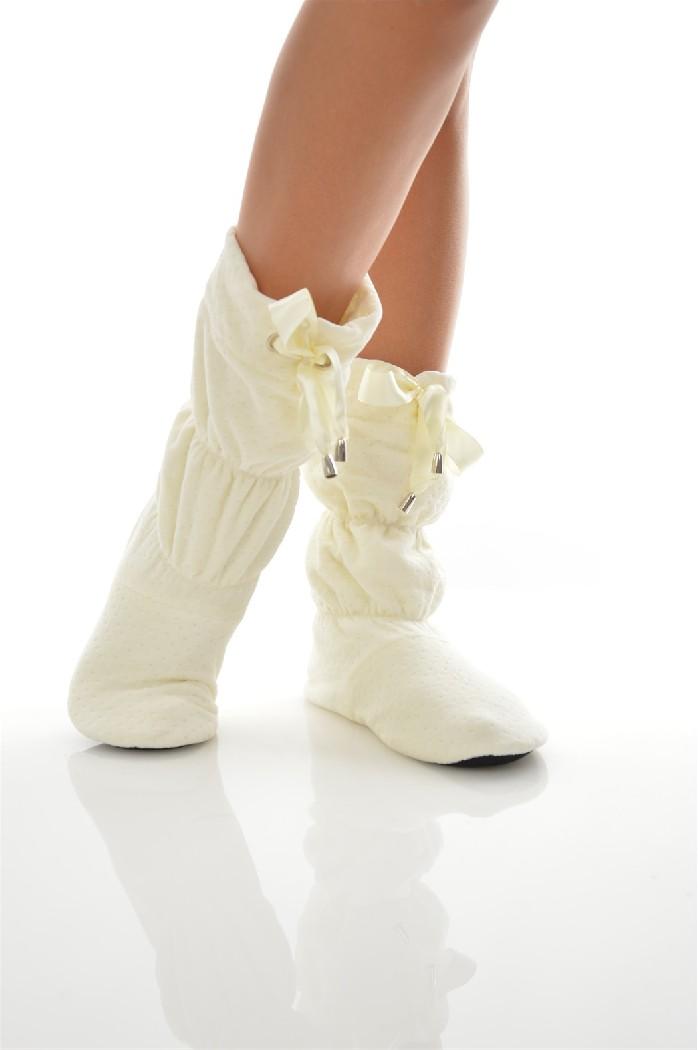 Сапожки домашние CLEOЖенская обувь<br>Цвет: молочный<br> Состав: хлопок 80%,полиэстер 20%<br> <br> Вид застежки: Без застежки<br> Материал подошвы обуви: полимер<br> Материал стельки: искусственный материал<br> Материал подкладки обуви: Флис<br> Вид каблука: без каблука<br> Форма мыска: круглый<br> Назначение ...<br><br>Высота платформы: 0.5 см<br>Материал: Хлопок<br>Сезон: МУЛЬТИ<br>Коллекция: (Справочник &quot;Номенклатура&quot; (Общие)): Осень-зима<br>Пол: Женский<br>Возраст: Взрослый<br>Цвет: Белый<br>Размер RU: 38/39