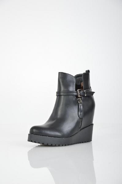 Ботильоны IdealЖенская обувь<br>Ботильоны Ideal черного цвета выполнены из искусственной кожи, украшены декоративной молнией и ремешком с серебристой пряжкой сбоку. Детали: застежка на молнию с внутренней стороны модели, внутренняя отделка и стелька из байки, скрытая танкетка.<br> <br> Мате...<br><br>Высота каблука: 11 см<br>Высота платформы: 2 см<br>Материал: Искусственная кожа<br>Сезон: ВЕСНА/ОСЕНЬ<br>Коллекция: (Справочник &quot;Номенклатура&quot; (Общие)): Осень-зима<br>Пол: Женский<br>Возраст: Взрослый<br>Цвет: Черный<br>Размер RU: 38
