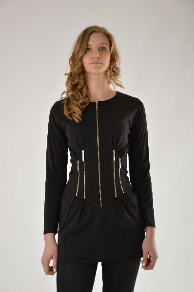 Блузка E.LEVYЖенская одежда<br>Состав: 94,5% вискоза, 5,5% эластан<br>Описание: оригинальная туника с длинными рукавом. Выполнена из ткани джерси. Декорирована металлическими молниями.<br>Параметры изделия<br><br>для размера 42: обхват груди 96 см, обхват талии 78 см, объем бедер 104 см<br>для размера 44: обхват груди 100 см, обхват талии 83 см, объем бедер 108 см<br><br>Местоположение логотипа: спинка изделия<br>Уход за изделием: деликатная стирка при 30 С, не отжимать в центрифуге, не отбеливать, не хлорировать, сушить на вешалке<br><br>Материал: Вискоза<br>Сезон: ЛЕТО<br>Коллекция: Весна-лето<br>Пол: Женский<br>Возраст: Взрослый<br>Цвет: Черный<br>Размер INT: M