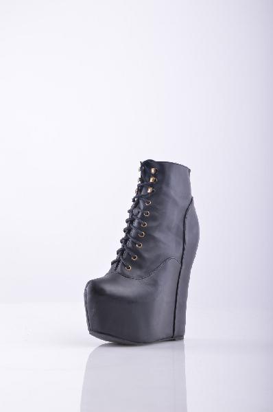 Ботильоны JEFFREY CAMPBELLЖенская обувь<br>Стильные полусапоги от JEFFREY CAMPBELL<br> Материал: Натуральная кожа, шнуровка<br> Высота каблука: 17 см<br> Высота скрытой платформы: 6 см<br>Страна: США<br><br>Материал: Натуральная кожа<br>Сезон: ВЕСНА/ОСЕНЬ<br>Коллекция: Весна-лето<br>Пол: Женский<br>Возраст: Взрослый<br>Цвет: Черный<br>Размер RU: 37