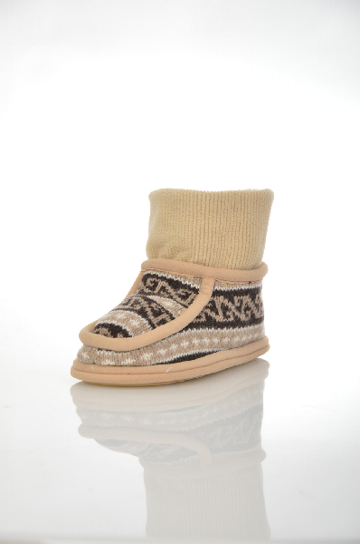 Тапочки WoolhouseЖенская обувь<br>Цвет: коричневый<br> Состав: 100% шерсть<br> <br> Описание: домашние высокие тапочки из натуральной шерсти мериноса внутри и трикотажа снаружи, на резиновой подошве с ортопедическим эффектом. Подошва смягчает давление на ноги при ходьбе, не скользит.<br> <br> Параметры изделия: 36-37/36 - длина стельки 25 см<br> Уход за изделием: Для стирки изделий из натуральной шерсти рекомендуется использовать специальные моющие средства с ЛАНОЛИНОМ, который содержится в шерсти животных. Он покрывает волокна шерсти, не допуская загрязнения, придает изделиям прочность, шелковистость.<br> <br> Страна: Италия<br><br>Материал: Шерсть<br>Сезон: МУЛЬТИ<br>Коллекция: Весна-лето<br>Пол: Женский<br>Возраст: Взрослый<br>Цвет: Коричневый<br>Размер RU: 36/37