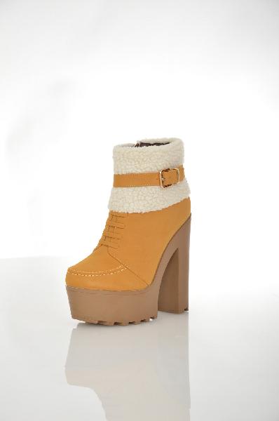 Ботильоны Sergio TodziЖенская обувь<br>Ботильоны на платформе от Sergio Todzi выполнены из искусственного нубука горчичного цвета. Модель оторочена искусственным мехом и дополнена хлястиком на ремешке. Детали: застежка на молнию, декоративная шнуровка, подкладка из байки, стелька из искусствен...<br><br>Высота каблука: 14.2 см<br>Высота платформы: 4.7 см<br>Объем голени: 21 см<br>Высота голенища / задника: 10 см<br>Материал: Искусственный нубук<br>Сезон: ВЕСНА/ОСЕНЬ<br>Коллекция: (Справочник &quot;Номенклатура&quot; (Общие)): Осень-зима<br>Пол: Женский<br>Возраст: Взрослый<br>Цвет: Желтый<br>Размер RU: 37