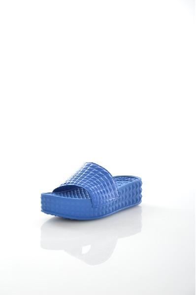 Сабо ASHЖенская обувь<br>Сабо Ash выполнены из искусственной кожи с объемным узором, текстильная подкладка. Особенности: полимерная массажная стелька, открытый мыс, невысокая устойчивая платформа.<br> <br> Материал верха искусственная кожа<br> Внутренний материал текстиль<br> Материал стельки полимер<br> Материал подошвы полимер<br> Высота каблука 4.5 см<br> Высота платформы 3.5 см<br> Тип каблука Платформа, Танкетка<br> Застежка без застежки<br> Цвет белый<br> Сезон Лето<br> Стиль Повседневный, Ультрамодный<br> Коллекция Весна-лето<br> Детали обуви 3D текстура<br> Страна: Италия<br><br>Высота каблука: 4.5 см<br>Высота платформы: 3.5 см<br>Материал: Искусственная кожа<br>Сезон: ЛЕТО<br>Коллекция: Весна-лето<br>Пол: Женский<br>Возраст: Взрослый<br>Цвет: Синий<br>Размер RU: 38