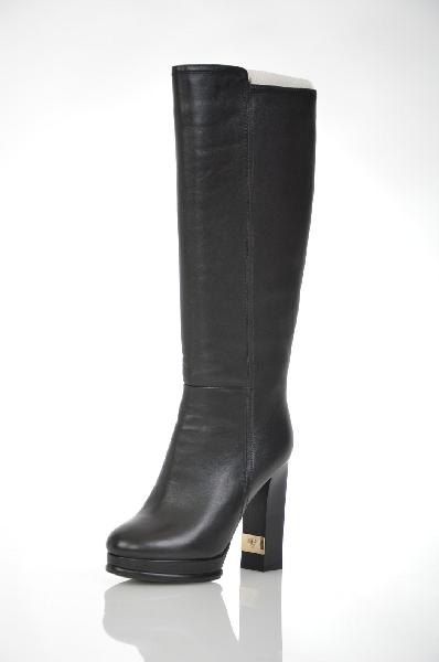 Сапоги VitacciЖенская обувь<br>Цвет: черный<br> <br> Состав: натуральная кожа<br> <br> Классически высокие сапоги поражают своей женственностью и элегантностью. Удобная застежка-молния. Верхний край обуви дополнено эластичными вставками. Каблук украшен декоративной вставкой. Подойдут для повседневного, базового гардероба.<br> <br> Высота каблука Высокий, 12.0 см<br> Вид застежки Молния<br> Высота платформы Низкая, 2.5 см<br> Материал верха Кожа<br> Форма мыска Закругленный мысок<br> Материал подошвы ТЭП (термоэластопласт)<br> Голенище Высота голенища, 36.0 см<br> Голенище Обхват голенища, 39.0 см<br> Материал подкладки Ворсин<br> Форма каблука Толстый<br> Особенность материала верха Матовый<br> Декоративные элементы Декоративные элементы<br> Материал стельки Ворсин<br> Сезон демисезон<br> Пол Женский<br> Страна бренда Россия<br><br>Высота каблука: 12 см<br>Высота платформы: 2.5 см<br>Объем голени: 39 см<br>Материал: Натуральная кожа<br>Сезон: ВЕСНА/ОСЕНЬ<br>Коллекция: Осень-зима<br>Пол: Женский<br>Возраст: Взрослый<br>Цвет: Черный<br>Размер RU: 38