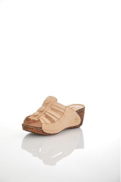 Сабо METROPOLPOLISЖенская обувь<br>Цвет: бежевый<br> Состав: натуральная кожа<br> <br> Декоративные элементы: пуговицы<br> Высота платформы: Cредняя: 2 см<br> Материал верха: Кожа<br> Материал стельки: Искусственная кожа<br> Форма мыска: Закругленный мысок<br> Материал подошвы: Полиуретан<br> Вид застежки: Без застежки<br> Форма каблука: Танкетка<br> Особенности материала верха: Матовый<br> Высота каблука: Высота: 5 см<br> Материал подкладки: натуральная кожа<br> Материал подошвы обуви: полиуретан<br> Материал стельки обуви: искусственная кожа<br> Сезон: лето<br> Пол: Женский<br> Страна: Турция<br><br>Высота каблука: 5 см<br>Высота платформы: 2 см<br>Материал: Натуральная кожа<br>Сезон: ЛЕТО<br>Коллекция: Весна-лето<br>Пол: Женский<br>Возраст: Взрослый<br>Цвет: Бежевый<br>Размер RU: 37