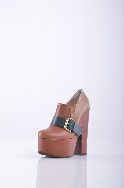 Лоферы Vicini TapeetЖенская обувь<br>Эффектные лоферы от Vicini Tapeet. Верх модели выполнен из натуральной кожи коричневого цвета. Особенности: внутренняя отделка из натуральной кожи, высокий устойчивый каблук компенсируется платформой, широкий ремешок насыщенного изумрудного цвета дополнен металлической пряжкой.<br><br>Материал верха    натуральная кожа<br>Внутренний материал    натуральная кожа<br>Материал стельки    натуральная кожа<br>Материал подошвы    искусственный материал<br><br>Высота каблука: 15 см<br>Высота платформы: 5 см<br>Страна: Италия<br><br>Высота каблука: 15 см<br>Высота платформы: 5 см<br>Высота голенища / задника: 6 см<br>Материал: Натуральная кожа<br>Сезон: МУЛЬТИ<br>Коллекция: Осень-зима<br>Пол: Женский<br>Возраст: Взрослый<br>Цвет: Коричневый<br>Размер RU: 38