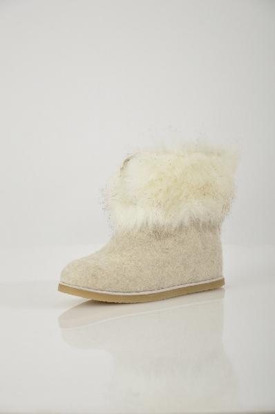 Валенки ELCHEЖенская обувь<br>Цвет: белый<br> <br> Состав: фетр<br> <br> Очаровательные качественные валенки, украшенные мехом и кисточками, прослужат Вам не один сезон. Модель достаточно теплая, чтобы обеспечить уверенную защиту от холодов. Колодка продумана, что обеспечивает высокие показатели комфортности ношения. Материал подкладки: шерсть.<br> <br> Материал подкладки Шерсть<br> Материал верха Фетр<br> Декоративные элементы Помпоны<br> По назначению Путешествие<br> Сезон зима<br> Пол Женский<br> Стиль Винтаж<br> Страна: Испания<br><br>Материал: Фетр<br>Сезон: ЗИМА<br>Коллекция: Осень-зима<br>Пол: Женский<br>Возраст: Взрослый<br>Цвет: Белый<br>Размер RU: 37
