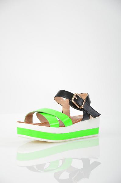Босоножки InarioЖенская обувь<br>Босоножки на платформе Inario выполнены из искусственной мягкой кожи ярких цветов и дополнены золотистой пряжкой. Детали: внутренняя отделка и стелька из искусственной кожи, резиновая подошва.<br> <br> Материал верха искусственная кожа<br> Внутренний материал искусственная кожа<br> Материал стельки искусственная кожа<br> Материал подошвы резина<br> Высота каблука 4 см<br> Высота платформы 5 см<br> Цвет зеленый, черный<br> Сезон Лето<br> Коллекция Весна-лето<br> Страна: Россия<br><br>Высота каблука: 4 см<br>Высота платформы: 5 см<br>Материал: Искусственная кожа<br>Сезон: ЛЕТО<br>Коллекция: Весна-лето<br>Пол: Женский<br>Возраст: Взрослый<br>Цвет: Зеленый<br>Размер RU: 37