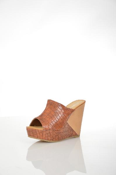 Сабо StephanЖенская обувь<br>Стильные сабо Stephan выполнены из искусственной кожи коричевого цвета с фактурным тиснением под рептилию, внутренняя отделка из искусственной кожи. Детали: высота танкетки компенсируется платформой.<br> <br> Материал верха искусственная кожа<br> Внутренний мат...<br><br>Высота каблука: 12 см<br>Высота платформы: 3 см<br>Материал: Искусственная кожа<br>Сезон: ЛЕТО<br>Коллекция: (Справочник &quot;Номенклатура&quot; (Общие)): Весна-лето<br>Пол: Женский<br>Возраст: Взрослый<br>Цвет: Коричневый<br>Размер RU: 38