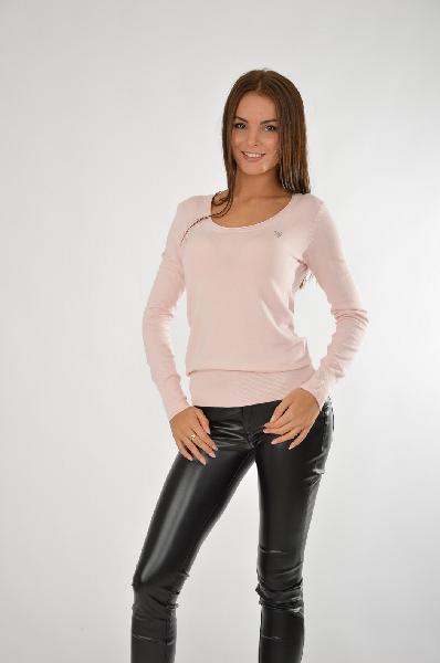 Джемпер GUESSЖенская одежда<br>Стильный джемпер в бледно-розовом цвете с мягким круглым вырезом горловины. Изделие декорировано стразами в виде небольшого элемента, расположенного чуть выше груди на левой стороне.<br>Цвет: бледно-розовый<br> <br> Состав: полиамид 15%,эластан 3%,вискоза 82%<br> <br> Вырез горловины Округлый вырез<br> Декоративные элементы Стразы<br> Длина изделия по спинке, 59 см<br> Тип рукава Втачной<br> Покрой Прямой<br> Рукав длина, 61.5 см<br> Сезон лето<br> Пол Женский<br> Страна Соединенные Штаты<br><br>Материал: Вискоза<br>Сезон: ЛЕТО<br>Коллекция: Весна-лето<br>Пол: Женский<br>Возраст: Взрослый<br>Цвет: Розовый<br>Размер INT: M