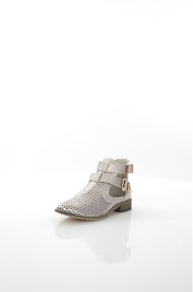 Ботинки TulipanoЖенская обувь<br>Ботинки Tulipano выполнены из перфорированной искусственной кожи, подкладка и стелька из искусственной кожи. Детали: сзади застежка на молнию, сбоку декоративные пряжки.<br> <br> Материал верха искусственная кожа<br> Внутренний материал искусственная кожа<br> Материал стельки искусственная кожа<br> Материал подошвы искусственный материал<br> Высота голенища / задника 10 см<br> Высота каблука 3 см<br> Тип каблука Без каблука<br> Застежка на молнии<br> Цвет серебряный<br> Сезон Лето<br> Стиль Повседневный<br> Коллекция Весна-лето<br> Детали обуви вырезы на обуви, перфорация, пряжки<br> Узор Однотонный<br> Страна: Италия<br><br>Высота каблука: 3 см<br>Высота голенища / задника: 10 см<br>Материал: Искусственная кожа<br>Сезон: ЛЕТО<br>Коллекция: Весна-лето<br>Пол: Женский<br>Возраст: Взрослый<br>Цвет: Светло-серый<br>Размер RU: 37