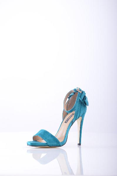 Vitacci БосоножкиЖенская обувь<br>Описание: Яркие босоножки от Vitacci. Верх модели выполнен из натурального велюра и гладкого текстиля, внутренняя часть отделана натуральной кожей. Детали: задник украшен стилизованным бантом, застежка на крючке сбоку, каблук-шпилька.<br><br>Материал верхана...<br><br>Высота каблука: 11.5 см<br>Высота голенища / задника: 8,5 см<br>Материал: Натуральный велюр<br>Сезон: ЛЕТО<br>Коллекция: (Справочник &quot;Номенклатура&quot; (Общие)): Весна-лето<br>Пол: Женский<br>Возраст: Взрослый<br>Цвет: Синий<br>Размер RU: 38