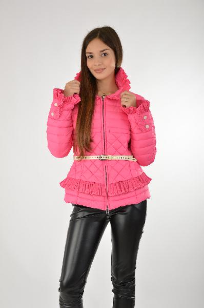 Пуховик OdriЖенская одежда<br>Яркий пуховик Odri выполнен из гладкого быстросохнущего материала розового цвета, утеплитель из натурального пуха и пера. Детали: приталенный крой, застежка на двухходовую молнию, воротник-стойка и манжеты окантованы воланами, два боковых кармана на молнии, белый ремень, декорированный бантиком, в комплекте.<br> <br> Состав 100% - Полиэстер<br> Материал подкладки 100% - Полиэстер<br> Утеплитель 90% - Пух, 10% - Перо<br> Длина по спинке 56 см<br> Длина рукава 62 см<br> Страна: Италия<br><br>Материал: Полиэстер<br>Сезон: ВЕСНА/ОСЕНЬ<br>Коллекция: Осень-зима<br>Пол: Женский<br>Возраст: Взрослый<br>Цвет: Розовый<br>Размер INT: S