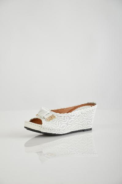 Сабо Grand StyleЖенская обувь<br>Сабо от Grand Style выполнено из натуральной кожи с тиснением. <br><br>Детали: кожаная подкладка и стелька, кружевная кожаная окантовка, открытая носочная часть, танкетка, декоративный бант со стразами, подошва из искусственного материала.<br><br>Материал верха: ...<br><br>Высота каблука: 8 см<br>Материал: Натуральная кожа<br>Сезон: ЛЕТО<br>Коллекция: (Справочник &quot;Номенклатура&quot; (Общие)): Весна-лето<br>Пол: Женский<br>Возраст: Взрослый<br>Цвет: Белый<br>Размер RU: 37