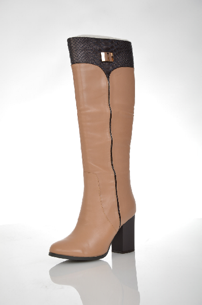 Сапоги VitacciЖенская обувь<br>Цвет: бежевый<br> Материал верха: натуральная кожа, рептилия<br> Материал подкладки: текстиль<br> Материал стельки: текстиль<br> Материал подошвы: ПУ<br> Параметры изделия: для размера 37/37: толщина подошвы 0,7 см, ширина носка стельки 7,5 см, обхват голенища 33 с...<br><br>Высота каблука: 9 см<br>Высота платформы: 0.7 см<br>Высота голенища / задника: 38 см<br>Материал: Натуральная кожа<br>Сезон: ВЕСНА/ОСЕНЬ<br>Коллекция: (Справочник &quot;Номенклатура&quot; (Общие)): Осень-зима<br>Пол: Женский<br>Возраст: Взрослый<br>Цвет: Коричневый<br>Размер RU: 37