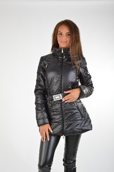 Куртка, GUESSЖенская одежда<br>Состав: полиамид 100%<br><br>Отличная демисезонная куртка с длинными рукавами и воротником-стойка. Дополнена модель застежкой на молнию и прорезными карманами. Линию талии подчеркивает эластичный пояс с пряжкой. Подкладка: 100% полиэстера.<br>Длина рукава    Длинные, 65.0 см<br>Покрой    Приталенный<br>Вид застежки    Молния<br>Воротник    Воротник-стойка<br>Тип карманов    Прорезные<br>Габариты предметов    Длина, 71.0 см<br>Ширина рукава    Пройма, 23.0 см<br>Особенности ткани    Мягкая<br>Фактура материала    Плащевая ткань<br>Страна: США<br><br>Материал: Полиамид<br>Сезон: ВЕСНА/ОСЕНЬ<br>Коллекция: Осень-зима<br>Пол: Женский<br>Возраст: Взрослый<br>Цвет: Черный<br>Размер INT: M