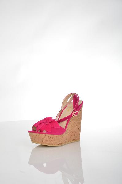 Босоножки WinzorЖенская обувь<br>Цвет: фуксия<br> <br> Состав: искусственный велюр<br> <br> Эффектные босоножки, верх которых выполнен из однотонного материала. Модель на высокой устойчивой танкетке оформлена цветочным декором. Отличный вариант для женского гардероба.<br> <br> Высота каблука Высокий, 14.0 см<br> Высота платформы Cредняя, 4.0 см<br> Материал верха Искусственный материал<br> Материал подкладки Искусственная кожа<br> Материал подошвы ТЭП (термоэластопласт)<br> Сезон лето<br> Пол Женский<br> Страна Россия<br><br>Высота каблука: 14 см<br>Высота платформы: 4 см<br>Материал: Искусственный велюр<br>Сезон: ЛЕТО<br>Коллекция: Весна-лето<br>Пол: Женский<br>Возраст: Взрослый<br>Цвет: Красный<br>Размер RU: 38