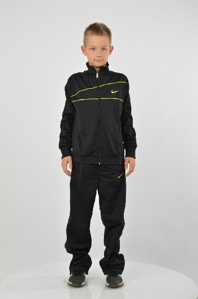Костюм спортивный T40 T WARM UP YTH NikeОдежда для мальчиков<br>Спортивный костюм Nike выполнен из мягкого материала черного цвета. Детали: прямой крой, воротник-стойка, застежка на молнию, длинный цельнокроеный рукав, эластичные манжеты и пояс, четыре кармана, мягкая внутренняя сторона, логотип марки, яркие вставки на фронтальной части.<br> <br> Состав 100% - Полиэстер<br> Длина 59 см<br> Длина рукава 68 см<br> Длина по боковому шву 91 см<br> Длина по внутреннему шву 67 см<br> Цвет черный<br> Сезон Мульти<br> Коллекция Весна-лето<br> Страна: Германия<br><br>Материал: Полиэстер<br>Сезон: МУЛЬТИ<br>Коллекция: Весна-лето<br>Пол: Мужской<br>Возраст: Детский<br>Цвет: Черный<br>Размер INT: L
