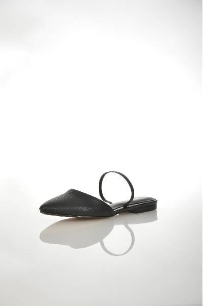Сандалии AldoЖенская обувь<br>Женские сандалии от Aldo. Модель выполнена из искусственной кожи с тиснением под кожу рептилии в черном цвете. Детали: внутренняя отделка из искусственной кожи, кожаная стелька, эластичная вставка на подъеме, резиновая подошва.<br> <br> Цвет черный<br> Сезон Ле...<br><br>Материал: Искусственная кожа<br>Сезон: ЛЕТО<br>Коллекция: (Справочник &quot;Номенклатура&quot; (Общие)): Весна-лето<br>Пол: Женский<br>Возраст: Взрослый<br>Цвет: Черный<br>Размер RU: 38